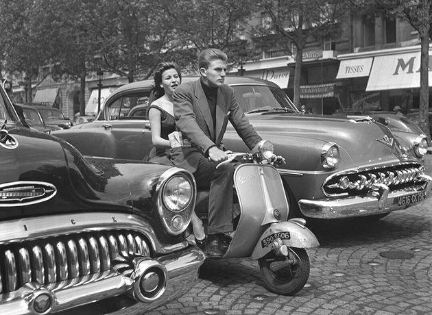 Vespa en los Campos Elíseos 1954